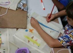 Omar Maduro geeft teken- en schilderles aan Stichting F.E.L.I.S.